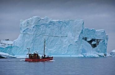 Buque de pesca en el Ártico.