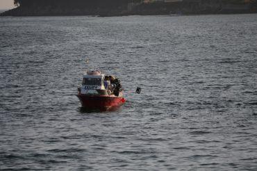 Barco de bajura calando nasas en Raxó, en la ría de Pontevedra.