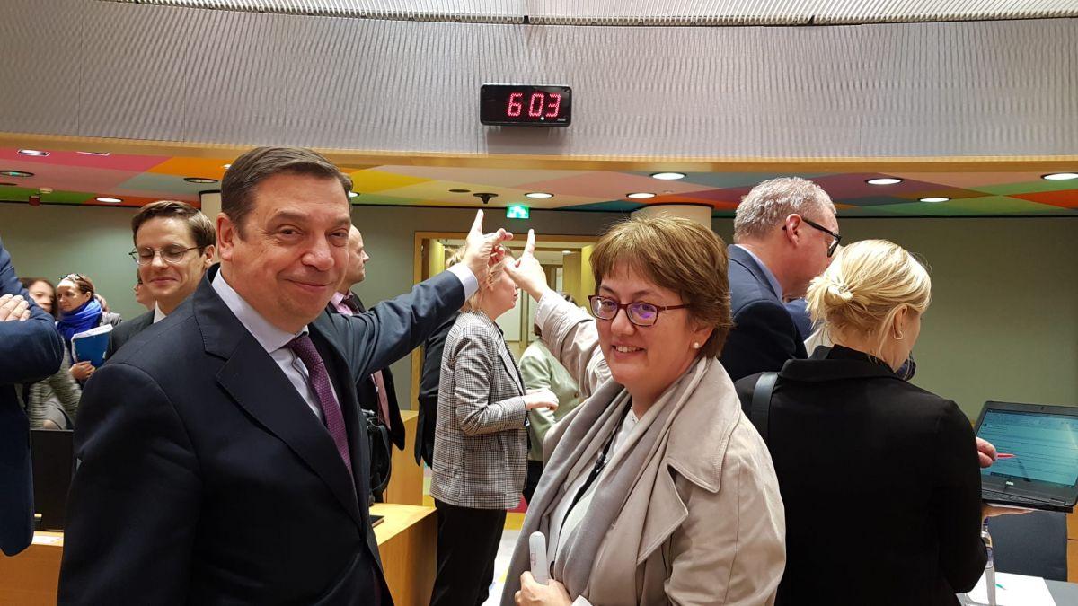El ministro de Agricultura, Pesca y Alimentación de España, Luis Planas, junto a la secretaria general de Pesca de España, Alicia Villauriz; al término del Consejo Europeo.