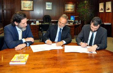 El presidente de Puertos del Estado, Salvador de la Encina, y el director general de la Marina Mercante, Benito Núñez, durante la firma.