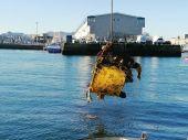 Retirada de residuos de los fondos del Puerto de Vigo.