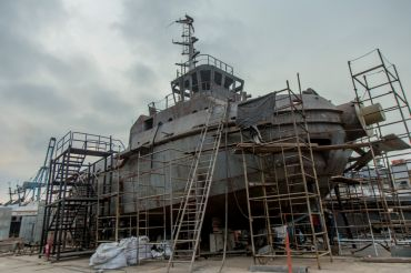 Construcción de un remolcador en el astillero de Callao en Perú.